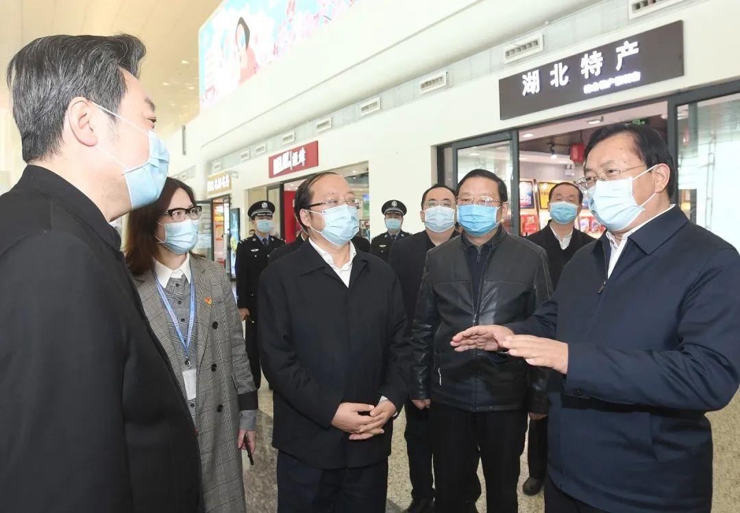 天河国际机场,王忠林与湖北机场集团负责人交流,了解当前发展中的困难 长江日报记者周超 摄