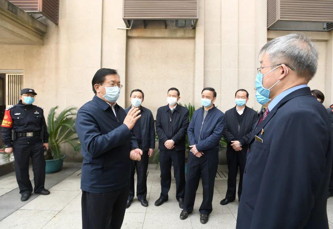 汉口火车站,王忠林与武汉铁路局负责人交流 长江日报记者周超 摄
