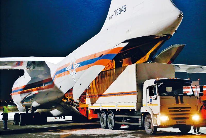 2020年2月8日,在俄罗斯莫斯科附近的茹科夫斯基机场,工作人员将俄罗斯政府向中方提供的医疗援助物资装上运输机。新华社/卫星社