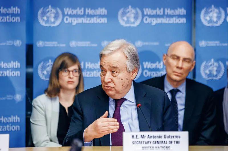 2020年2月24日,联合国秘书长古特雷斯(前)在瑞士日内瓦世界卫生组织总部发表讲话。古特雷斯表示,中国实施严格的防控措施,以牺牲正常生活的方式为全人类作出了贡献。古特雷斯当日造访日内瓦世卫组织总部,并与世卫组织各部门负责人举行座谈。新华社发