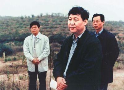 1999年11月,时任福建省委副书记、代省长习近平到长汀河田考察水土保持工作。资料图片