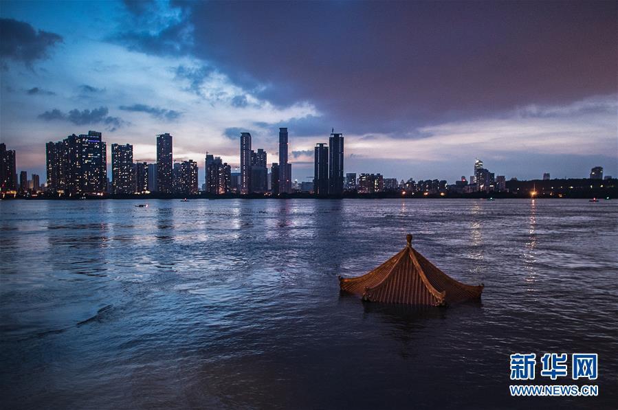 上涨的江水即将淹没武昌黄花矶凉亭(7月13日摄)。新华社记者 肖艺九 摄