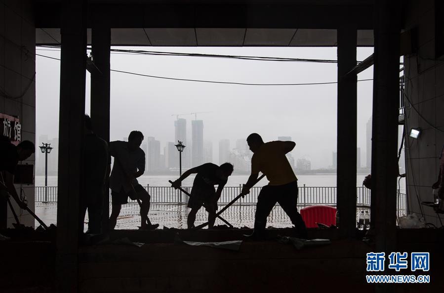 7月6日,工作人员在武汉龙王庙封堵闸口。新华社记者 肖艺九 摄